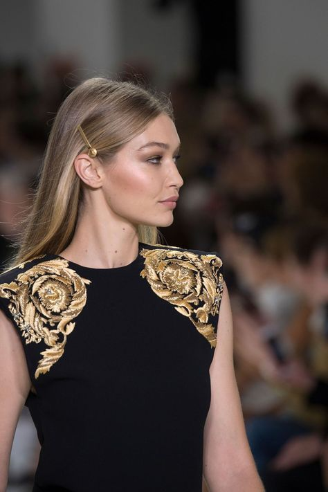 See the best hair accessories on the spring/summer 2018 catwalks, and how to wea…