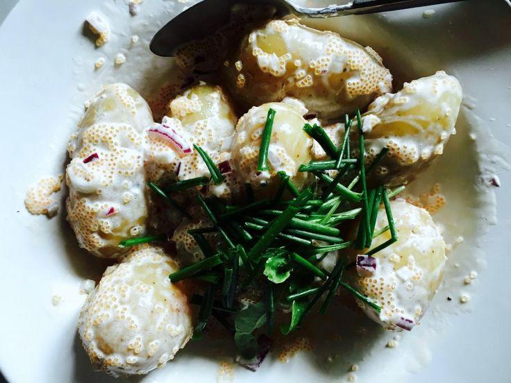 RECEPT BÄSTA RÖRA:  kalixlöjrom majonäs créme fraîche  citronpeppar citron hackad rödlök toppa med färsk gräslök • torsk toppat med salt och citronpeppar, i ugn med smör och olivolja. Den blir saftig, låt den inte ligga inne för länge! Blanda ihop potatissallad med potatis. Och glöm inte hälla öve lite smör som fisken fick ligga och mysa med i ugnen! • Tillbehör kokta färska rödbetor.