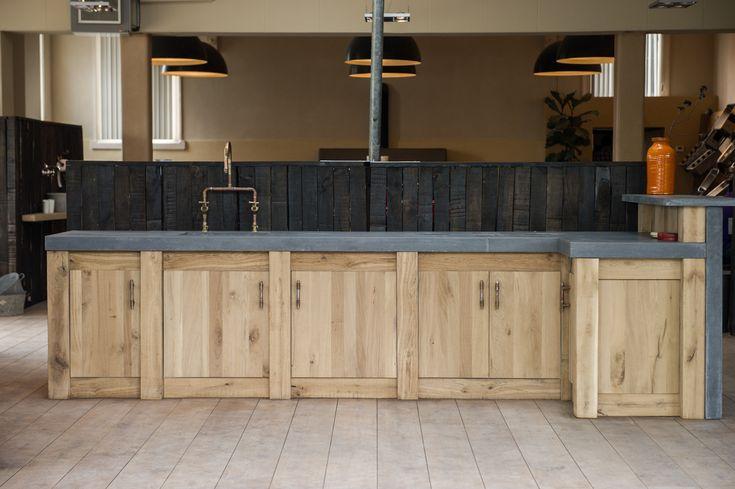 Een beton aanrechtblad in combinatie met eikenhouten frontjes geeft een landelijke Hollandse robuuste uitstraling in u keuken.