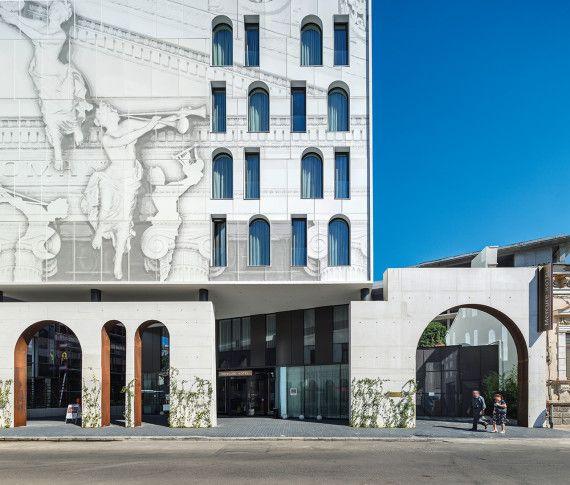 Acest hotel, ca obiect de arhitectură, va fi cu atât mai apreciat cu cât este mai autentic şi mai inovator, mai ofertant ca reper estetic şi până la urmă cultural în oraşul din care face parte, urmând a deveni cu siguranţă reper personal în itinerariul călătorului ce-i trece pragul.…