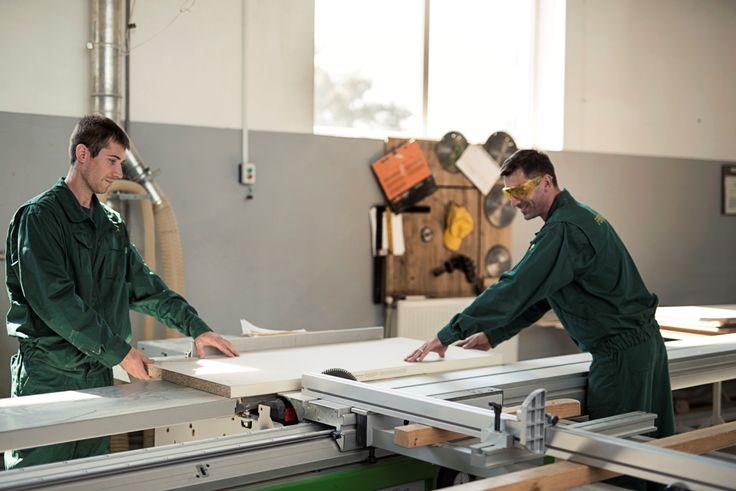 Специалисты FERONIA  - это дизайнеры и конструкторы, столяры и шлифовщики, маляры и сборщики мебели, которые имеют огромный опыт работы и владеют самыми современными высокоточными технологиями мебельного производства.  Команда FERONIA очень трепетно относится к своему делу, вкладывая мастерство и душу в изготавливаемые предметы интерьера. Именно профессионализм и такое отношение к делу даёт нам возможность создавать уникальные предметы мебели.