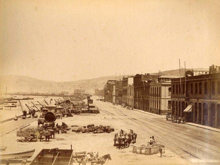 Borde portuario de Valparaíso en 1888. Tremenda transformación: Borde portuario de Valparaíso en 1888, hoy Avenida Errázuriz.  Foto de Felix LeBlanc.  - EnterrenoEnterreno