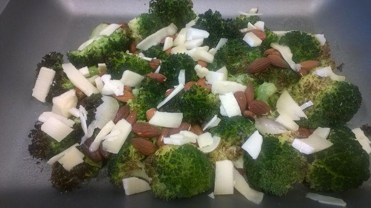 Einfach und schnell zubereiten, Brokkoli mit Mandeln und mallorquinischen Käse ... mit Olivenöl und Zitronensaft