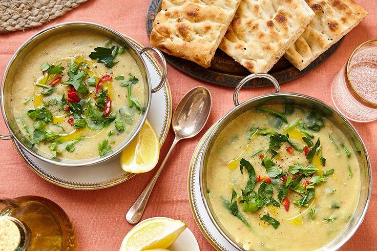Linzensoep kent vele varianten uit vele landen: in India eet men dahl, in Egypte shorbet ads en in Griekenland fakès. Dit keer staat er bij ons een Turkse linzensoep op het menu, met rode linzen, aardappel, chilipeper en spinazie. Daarbij grill je Turks brood lekker knapperig in de oven, om lekker mee te dippen. Een …