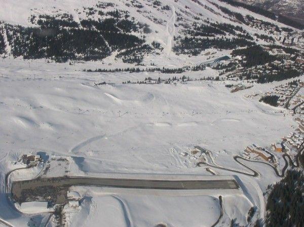 クールシュヴェル飛行場(フランス)  フランス南東部のアルプスの山中にある飛行場で、傾斜した短い滑走路を持つことで有名です。周りはスキー場に囲まれていて、この空港は映画「007トゥモロー・ネバー・ダイ」にも登場しています。  また、この空港で離着陸するパイロットは、山岳地帯を飛行する特別な免許が必要だそうです。空港開設以来、何件かの事故も発生しています・・・。できれば着陸したくない空港ですねw