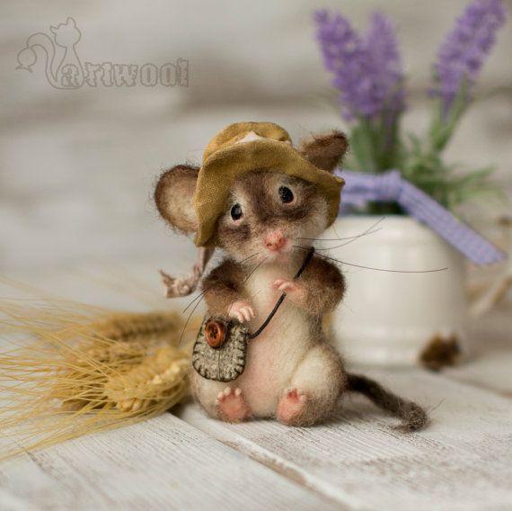 Cette aiguille que feutrée souris est un cadeau idéal pour les souris les collectionneurs et les amateurs de souris.  Cette souris porte un petit sac et porte un chapeau en coton cousu à la main.  Cette souris jouet a obtenu des yeux de verre et son nez handsculptured.  Ses pattes arrières sont jetables et vous pouvez les transformer pour lui faire assis ou debout. Chacune des 16 doigts et la queue ont induit à lintérieur. Ses moustaches sont fabriqués à partir de filaments spéciaux.  Cette…