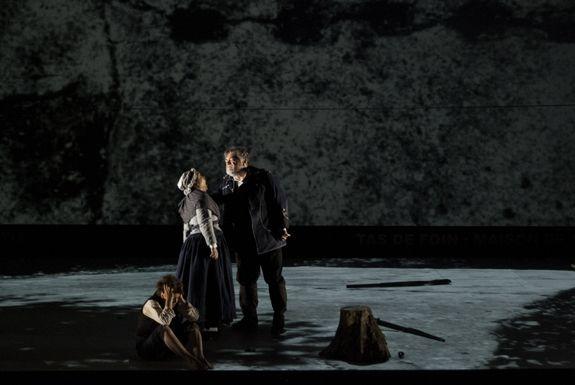 De gauche à droite : Fortunato (Valérie Condoluci), Giuseppa, femme de Mateo (Catherine Hunold), Mateo Falcone (Jean-Philippe Lafont). Mateo...