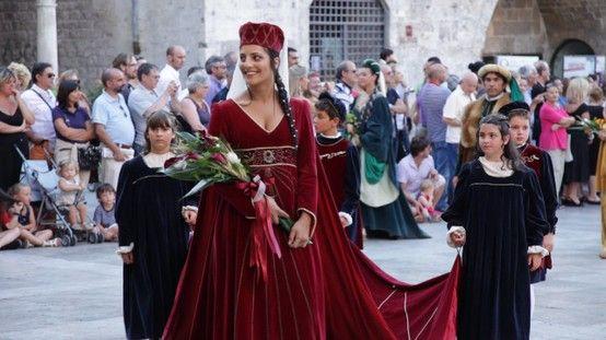La cura del minimo dettaglio dai tipici costumi quattrocenteschi ai monili e alle acconciature dei protagonisti della Quintana ad Ascoli Piceno.