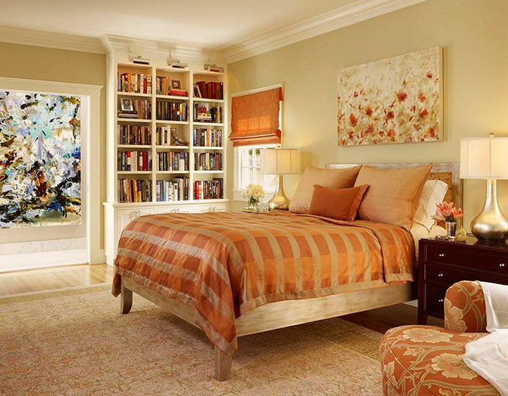 En soğuk günlerde bile içinizi ısıtacak harika bir yatak odası. Kullanılan sarı ve turuncu tonlar, doğal ahşap tonlarında bir yatak ve hepsini tamamlayan harika bir kitaplık.