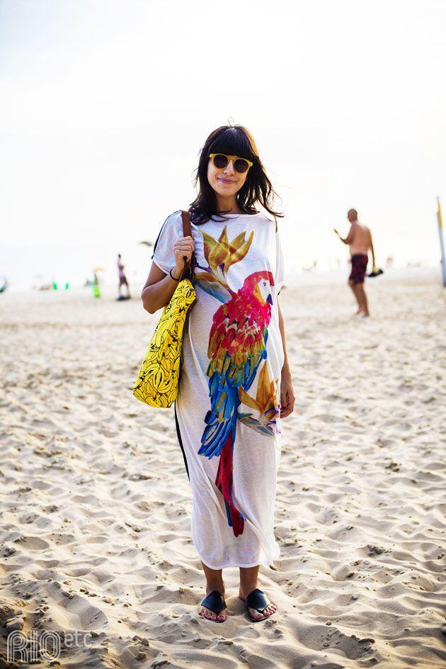 RIOetc | Grávida e de bem com a vida, na praia de Ipanema! Blusão de arara, rasteirinha no pé e sacola de bananas.: