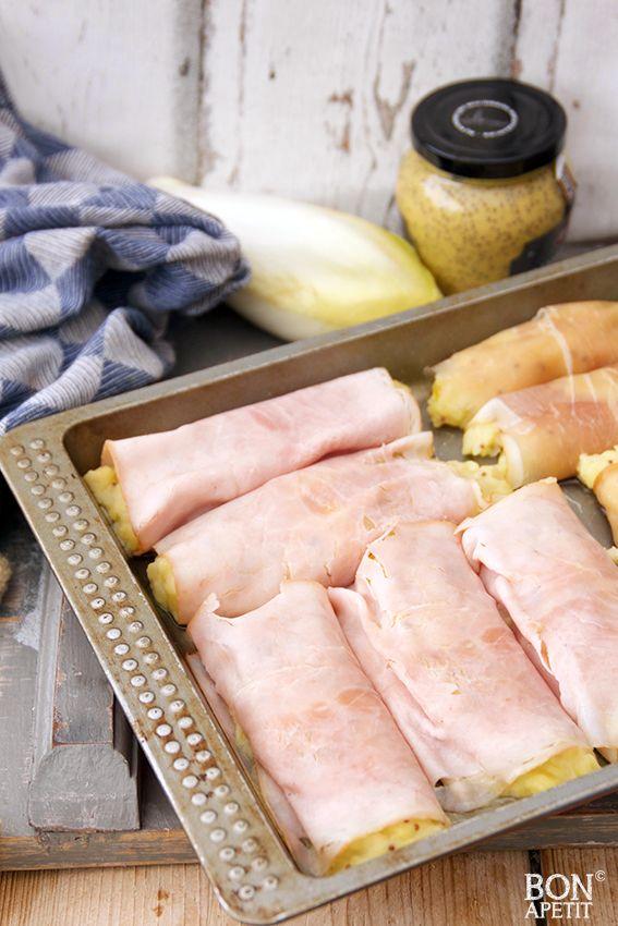 Waanzinnige witlofstamppot uit de oven met ham is een uitstekend gerecht om de week mee te beginnen. Maken of een andere ovenschotel? Kijk op BonApetit!