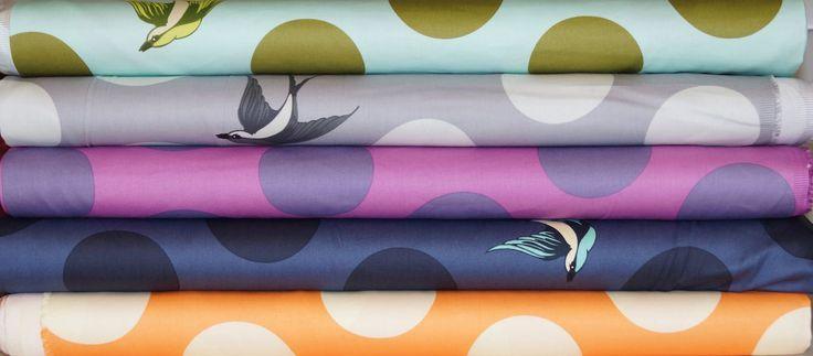 MODErN PATCHWORK.sk slovaska vysoko kvalitná bavlnená látka so saténovou povrchovou úpravou, určená na zadné strany quiltov, bytové a módne doplnky a oblečenie. Priemer krúžku je 10cm, vtáčik meria 13x10cm.