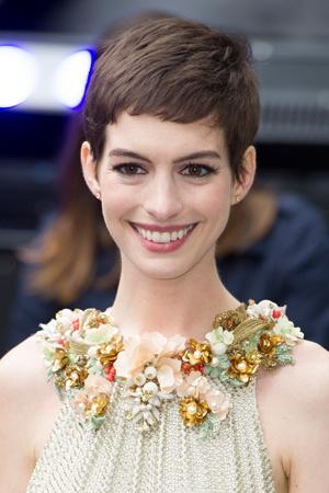 """""""短め前髪""""がセレブのニュートレンド。 - アン・ハサウェイ。"""