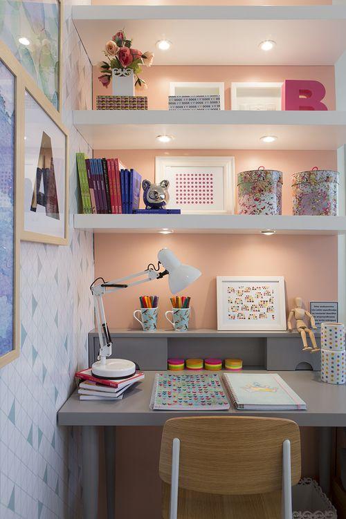No canto de estudo da criança, parede salmão valorizada pela iluminação, papel de parede e quadros apoiados. Vem ver mais no blog!