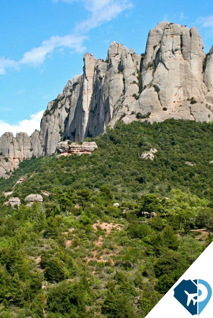 """El macizo de Montserrat (Barcelona) es único e inigualable. Sus picos redondeados, llamados """"agujas"""", configuran el rasgo más característico y espectacular de su sierra. En el pico más alto de la Montaña de Montserrat, se encuentra la cima de Sant Jeroni (1.236 m), desde donde se puede admirar una maravillosa panorámica desde los Pirineos al mar y los días claros, incluso, se llega a ver la isla de Mallorca."""
