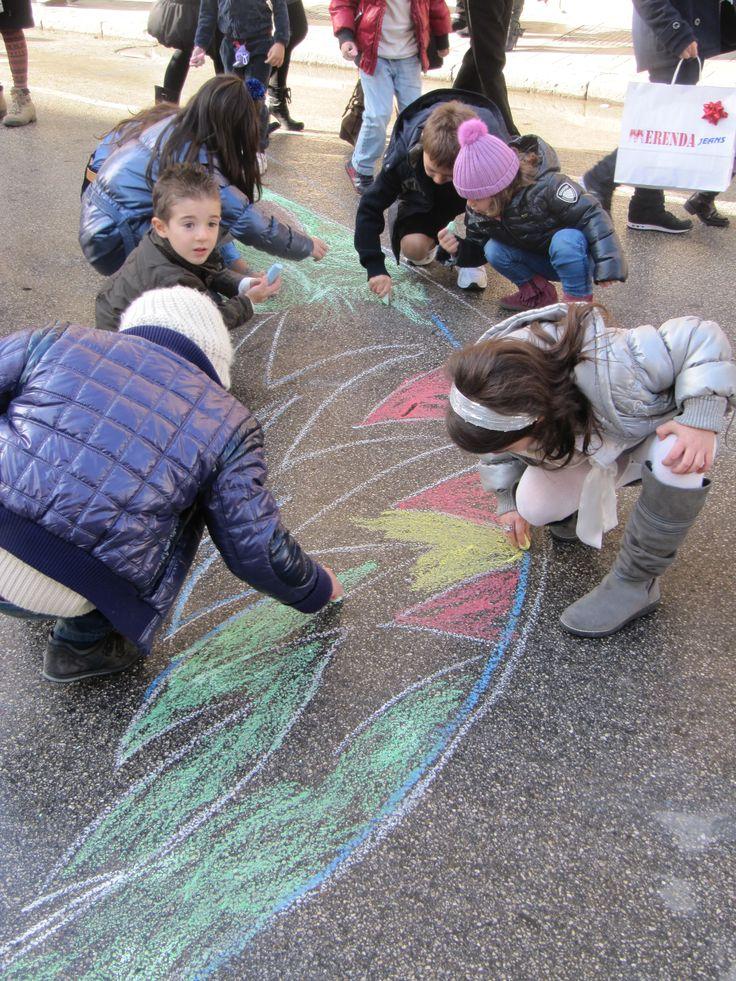 Colori in Corso | I bambini disegnano un albero di 20 metri nel corso principale della città
