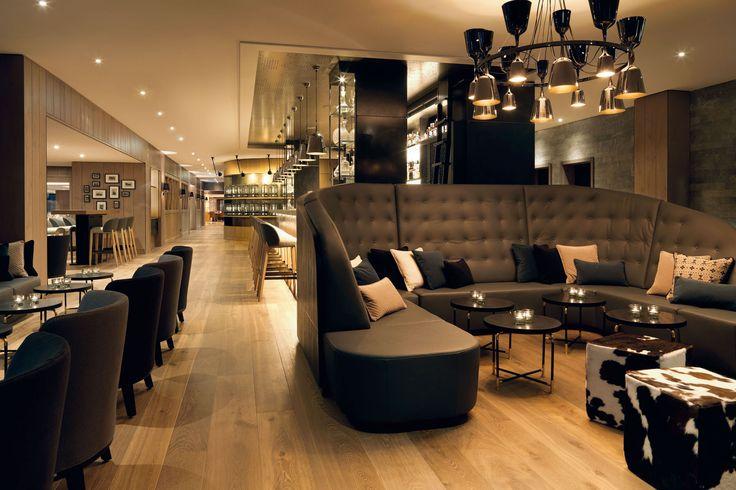 Handgefertigte Landhausdielen aus Eiche mit Längen bis 5 m und 35 cm Breite. Farbton 'Venedig' in der Lobby Hotel Löwen in Schruns.