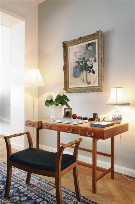 Small desk in master Inspirerande hem / Josef Frank, oljemålning av Olle Hjortsberg