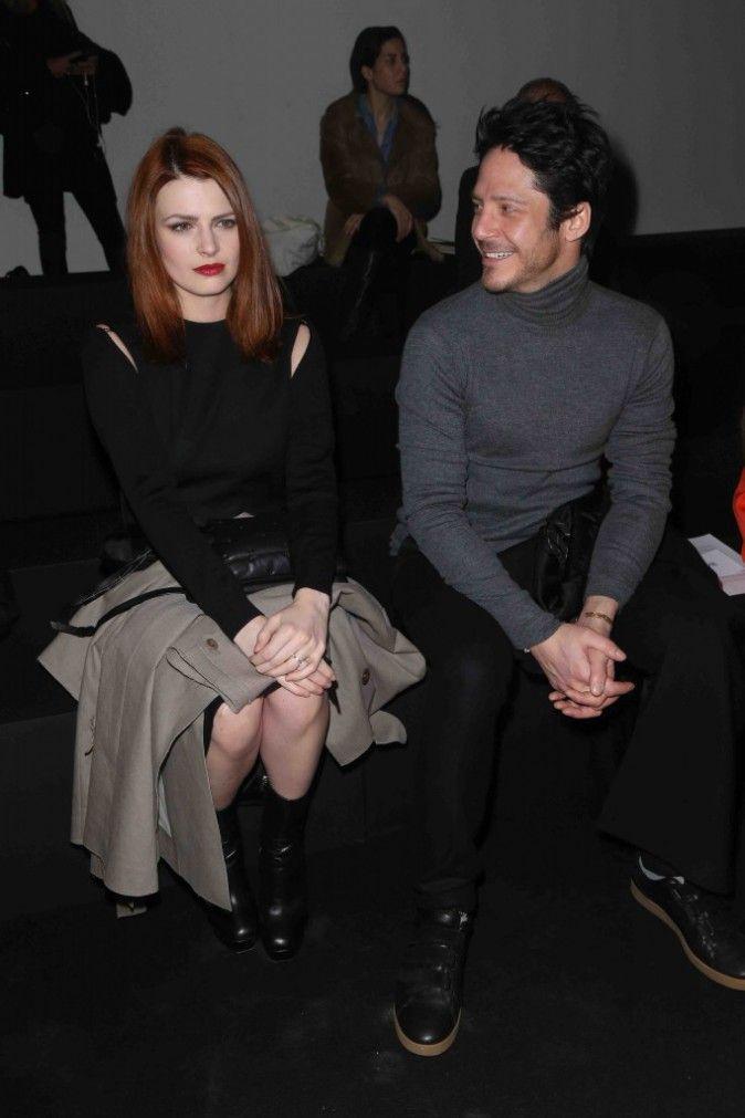 Aujourd'hui, mercredi 4 mars, Elodie Frégé assistait à un défilé de mode, et pour l'occasion elle s'est laissée aller à quelques poses elle aussi...