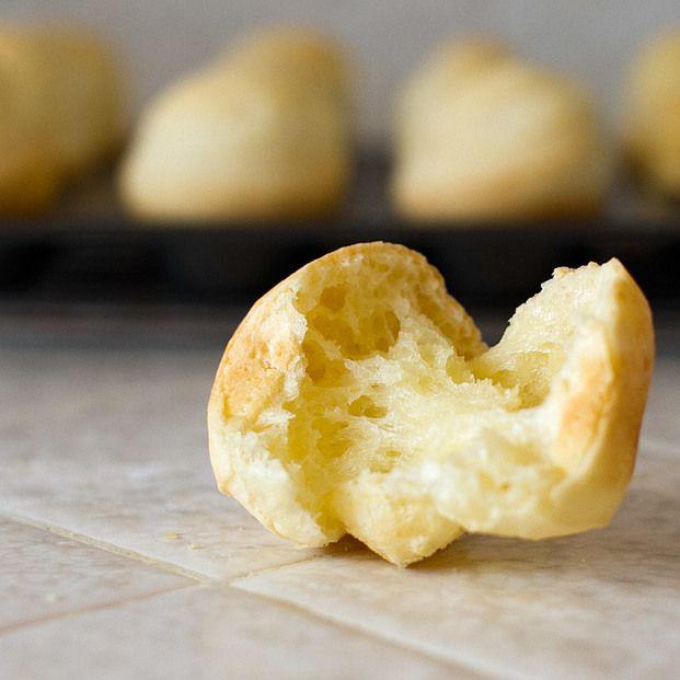 ブラジル発祥のパン、ポンデケージョ。チーズ風味ともちもちの食感で日本でも大人気ですよね!実は、混ぜて焼くだけでお家でも簡単に手作りができるんです。パン作りで面倒な発酵やこねる作業が不要。 しかも材料もとってもシンプル!焼くまで5分の、ポンデケージョのレシピをご紹介します!