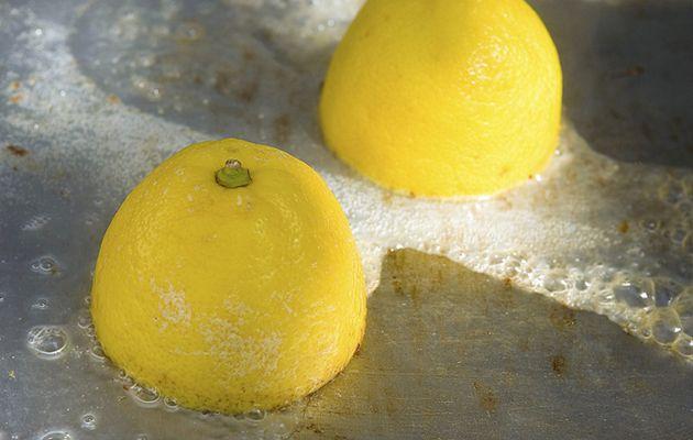 Mettete 2 fette di limoni tagliati in forno e lasciateli per un po'. Un trucco che tutti trovrebbero conoscere!