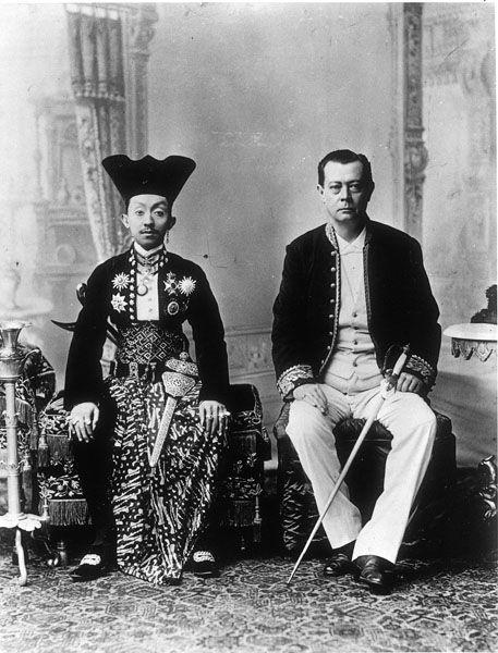 Studioportret van Pakoe Boewono X, Susuhunan van Soerakarta, en resident Willem de Vogel, Soerakarta, ca. 1897 Collectie Tropenmuseum, Amsterdam, coll.nr. 60010546.