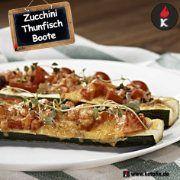 Keto Rezepte Thunfisch Zucchini Boote.So lecker, wie die Keto Zucchini Boote mit Thunfisch aussehen, so gesund sind sie auch für dich.  9g Kohlenhydrate bei üppigen 475g pro Portion lassen dich locker in der Ketose und machen dich satt. Gemüse und Fisch versorgen dich mit wertvollen Mineralstoffen, Vitaminen sowie Omega-3 Fettsäuren. Zutaten 2 Zucchini 150 g Thunfisch (in Wasser / Dose) 200 g Tomaten 12 g Zwiebel 70 g Cheddar (geschreddert) 1 Knoblauchzehe Salz Pfeffer #keto #lowcarb #lchf