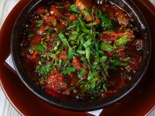 cumin, poivre, piment, sucre en poudre, oignon jaune, huile d'olive, ail, aubergine, persil, sel, cannelle, coulis de tomate