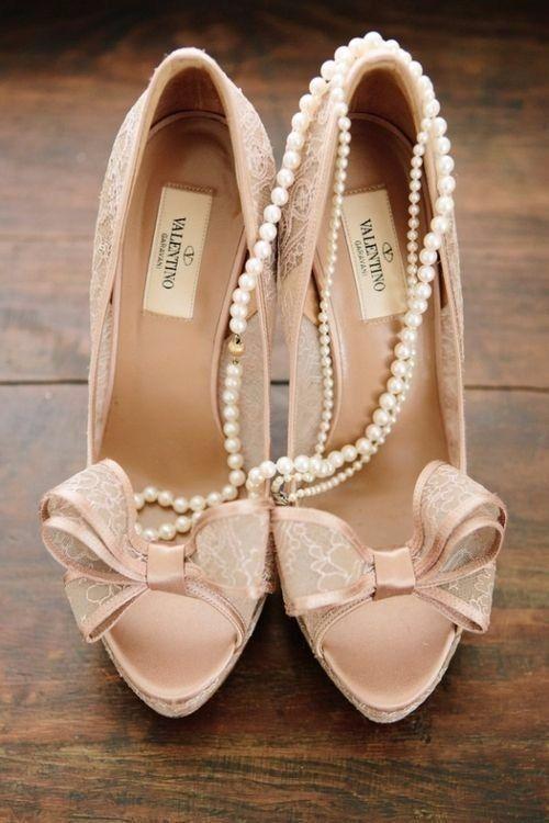 Romantiche scarpe da sposa di color rosa con fiocco applicato sull'open toe. Modello di Valentino