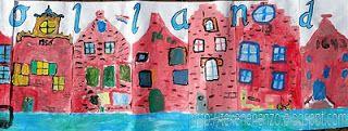 We bekeken  foto's van diverse grachtenpanden en bespraken de gevelsoorten (trap-, hals-, klok- en tuitgevel) en details (verdeling in etages, ramen, jaartal, trapjes etc.) Vervolgens tekent elke leerling een eigen grachtenpand. Laat de kinderen maximaal 5 minuten schetsen, om gekriebel te voorkomen. Verf de tekening met plakkaatverf. Plak alle tekeningen aan elkaar en schilder de gracht voor de huizen. Voeg eventueel ook de tekst 'Groeten uit maassluis