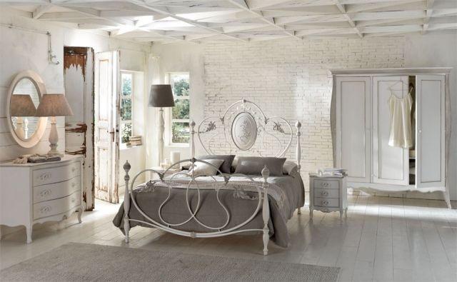 imitation brique blanche dans la chambre à coucher claire de style industriel