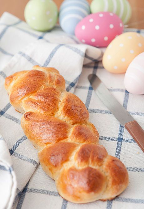Det flettede påskebrød hører sig til på påskebordet. Det er sjovt at lave sammen med børnene, og super dekorativt. Her får du en variant med sirup, som giver brødet en lidt sødlig og dejlig smag. Barneguiden.dk