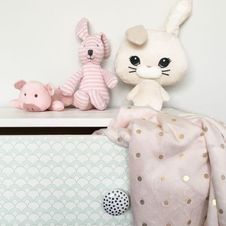 Har du tapet över? Ta dig an ett kreativt projekt och klä in en möbel! Här har vi klätt en byrå i vår bästsäljare Hurra😀 #barntapet #barnrum #barnrumsinredning