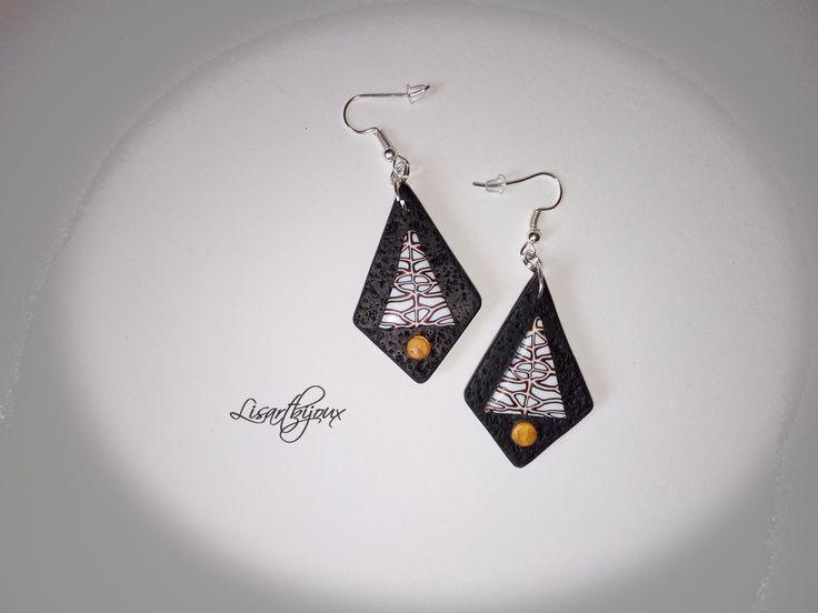 Boucles d'oreille noires et blanches, triangulaires, pâte polymère : Boucles d'oreille par lisartbijoux