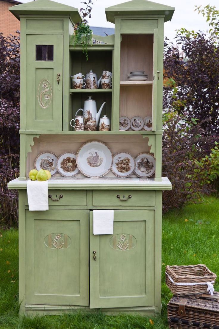 Chalkpainted furniture / furniture makeover / olive color / green /diy / vintage furniture / Russian hutch / Daria Geiler painting materials / Dariageiler.com