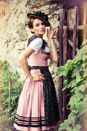 Rosa Dirndlkleid mit schwarzer Borte am Mieder. Lena Hoschek