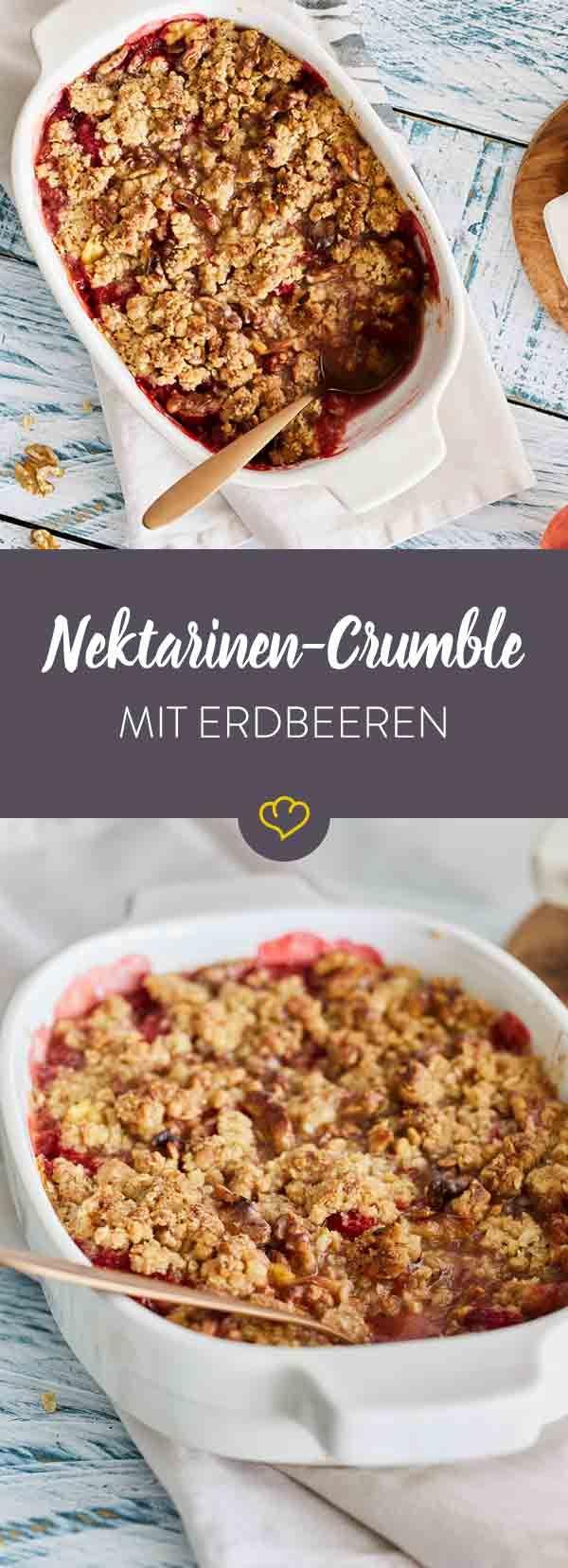 Wo sich Nektarinen und Erdbeeren am wohlsten fühlen? Unter einer Decke aus knusprigen Streuseln. Also Löffel rein und glücklich sein!