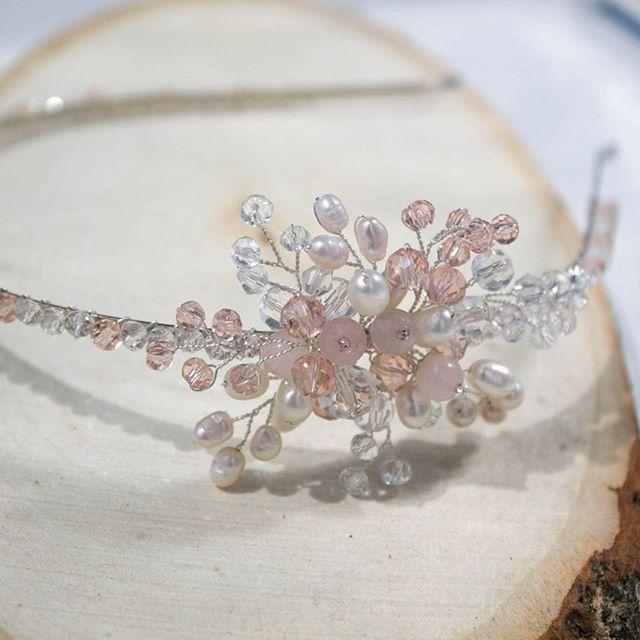 Нежный ободок в розовых тонах для невесты, выпускницы или просто принцессы!    Воздушный и сверкающий     Выполнен из натурального жемчуга, розового кварца, стеклянных граненых бусин, ювелирной проволоки серебряного цвета.