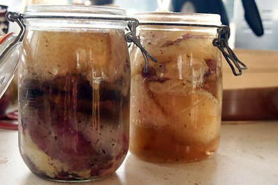 La meilleure recette de Confit d'oie (comment faire du) et ses variantes : canard,lapin, poule, dinde, porc.! L'essayer, c'est l'adopter! 5.0/5 (4 votes), 13 Commentaires. Ingrédients: 1 oie 20 g de sel par kilog de viande cuisinée poivre du moulin 1 gousse d'ail en morceaux par kilog de viande cuisinée Laurier, thym ou Herbes de provence un peu d'eau de vie Si pas assez de graisse d'oie, du saindoux.