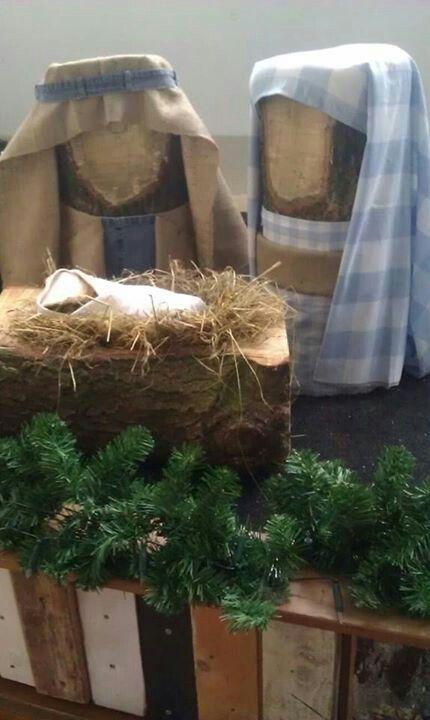 Kerstgroep van stukken eikenboom. Tijdens de kerstperiode te zien in Koffie Met.