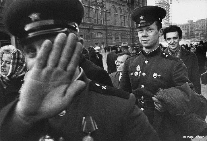 """Moscou, 1967. Sur la place Rouge, ces deux officiers sont venus célébrer le cinquantième anniversaire de la Révolution. L'un dit """"Niet"""" à la photo, l'autre exhibe ses médailles."""