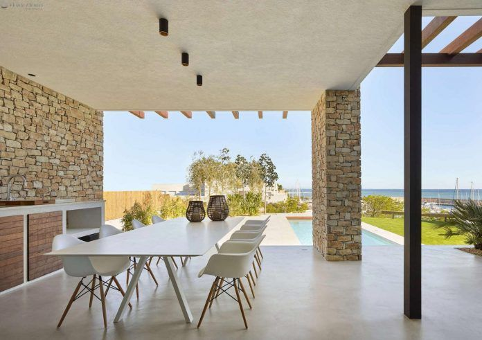 Seafront villa characterized by the combination modern, strong lines and open spaces - CAANdesign