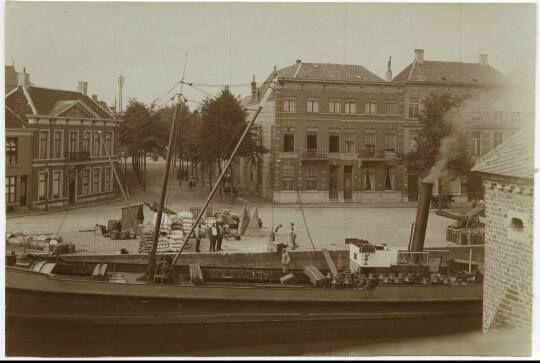 Prinsenkade gezien van uit het spanjaardsgat met vrachtschip ca 1900.