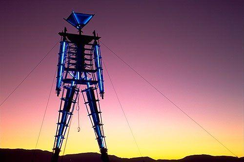 Фестиваль Burning Man, который проводится в пустыне Блэк-Рок на территории штата Невада, ежегодно привлекает огромное количество самых разных и непохожих людей. Это мероприятие начинается сразу после полуночи в последний понедельник августа и продолжается в течение восьми дней.