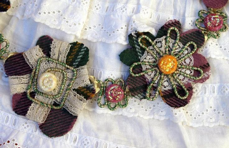 LUBNA  collana di fiori in tessuto e pizzo con elementi in filo metallico ricoperto di lamè e pasta modellabile