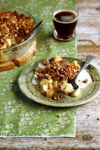 Crumble à la poire et à la crème de châtaigne : Ingrédients pour 6 personnes Pâte à crumble : 250 g de farine de blé type 65 - 150 g de sucre de canne - 100 g de purée de noisette - 70 ml d'eau tiède (ou 150 g de beurre mou) - 60 g de noisettes Garniture : 1 kg de poires - 250 g de châtaignes - 80 g de miel d'acacia