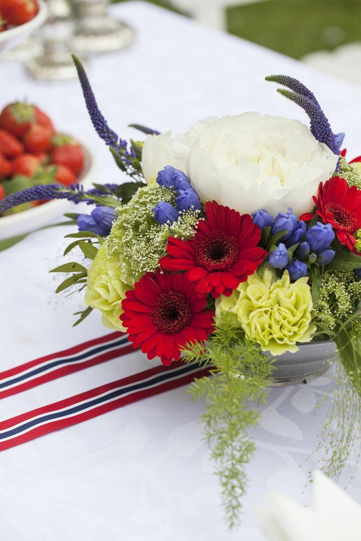 Vakker borddekorasjon til 17. mai fra Mester Grønn. https://www.mestergronn.no/blomsterbutikk/Kjop_blomster/Anledninger/17mai