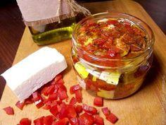 Маринованный сыр...сыр  — несколько зубков чеснока  — сладкий красный перец  — соль по вкусу  — смесь перцев горошком  — паприка  — тимьян  — оливковое масло