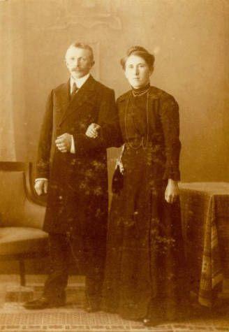 Het echtpaar Pieter Sikkes en Pietje Kramer uit Molkwerum op hun trouwdag, 11 mei 1917.
