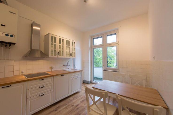 Landhausstil Helle Küche mit weißen Fronten in Kölner - küchenspiegel aus holz